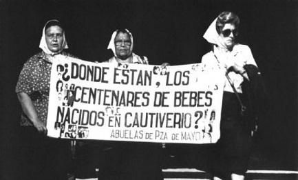 Madres y abuelas de la Plaza de Mayo protestaban para recuperar los niños robados. Fuentes: www.tierrasdeamerica.com