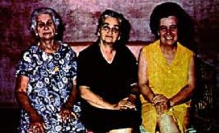 Esther Balestrino (vestido amarillo) con dos amigas