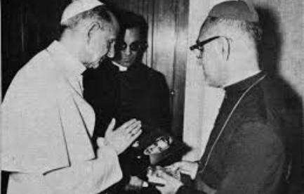 Romero muestra a Pablo VI una imagen de Rutilio Grande