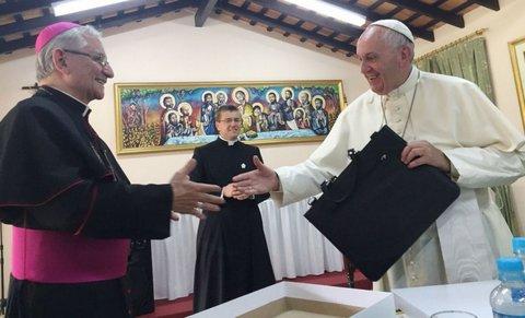 Monseñor Giménez entrega al Papa el regalo de los obispos del Paraguay durante la recepción en la Nunciatura