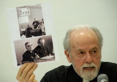 El Rev. William Wipfler muestra la foto de su último encuentro con monseñor Romero el 23 de marzo de 1980, el día anterior al asesinato