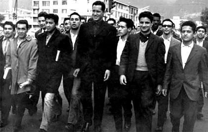 Camilo Torres en una foto de 1960 con los alumnos de la Universidad Nacional de Colombia, de la que era capellán auxiliar.