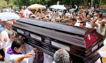 Uno de tantos. Funeral del padre Luis A. León, en Colombia, asesinado el 15 de julio de 2015. Foto El Meridiano de Cordoba