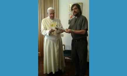 El Papa Francisco con el avioncito de madera que le entregó el sacerdote Di Paola