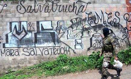 Armados con baldes y cepillos. Foto Archivo Contrapunto