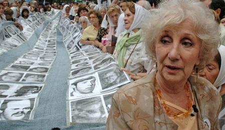 """ARGENTINA. LAS ABUELAS DE PLAZA DE MAYO """"RECUPERAN"""" AL NIETO 121. Tiene cuarenta años y es médico. La madre fue secuestrada en 1976 embarazada de 8 meses"""