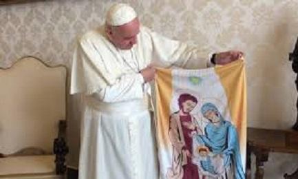 """El Papa muestra la """"balconera"""" con el Pesebre que se expondrá en Uruguay"""