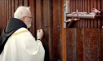 El cardenal O'Malley reparte la comunión en un punto del muro a la frontera con México