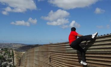 EL MURO Y LA TÍA CONCEPCIÓN. Ocurre en algún punto de la frontera entre México y Estados Unidos, donde una patrulla caza inducumentados
