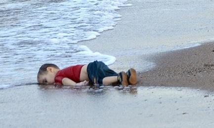 La imagen más emblemática de la violencia: el cuerpo de Aylan Kurdi, de tres años, en la playa de Bodrum, Turquía, muerto cuando escapaba de la guerra