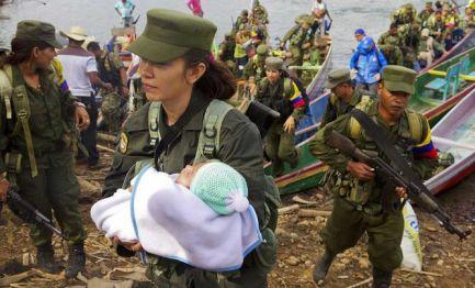 Guerrillera con su bebé (foto AFP Jesús Colado)