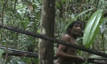 AMAZONIA DOLIENTE. Un movimiento para los derechos de los pueblos indígenas revela un plan que amenaza la existencia de una tribu amazónica