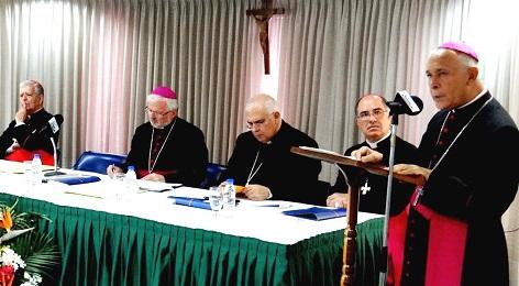 El presidente Diego Padrón con el micrófono, rodeado por los miembros de la presidencia de la Conferencia Episcopal