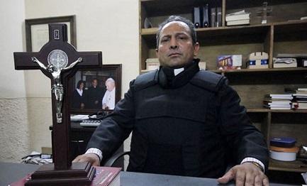El padre Gregorio López Gerónimo con el chaleco antibalas en una foto de 2014