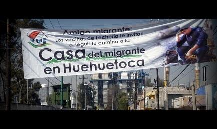 La pancarta que atraviesa la calle señala al migrante la casa más cercana