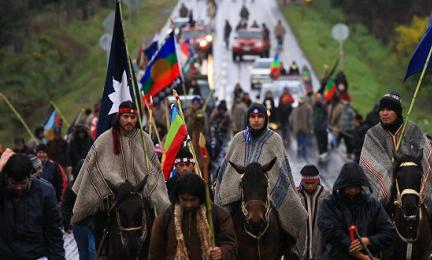 Una manifestación de araucanos, como se denomina a los indios mapuches