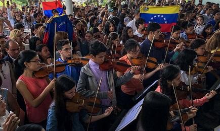 Miembros de una orquesta sinfónica de Venezuela rinden homenaje a un joven asesinado en las manifestaciones