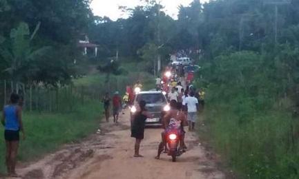 Imagen tomada con un celular de los agroganaderos cuando están por comenzar el ataque contra los gamelas. Un auto de la policía los acompaña (Foto CIMI)