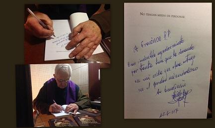 Padre Luis Dri en el confesionario, firmando el ejemplar para el Papa