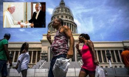 En el recuadro, el Papa Francisco con el ministro de Relaciones Exteriores de Cuba, Rodríguez Parrilla. En la foto principal, cubanos comiendo helado frente al Capitolio de La Habana (foto Ramón Espinosa AP)