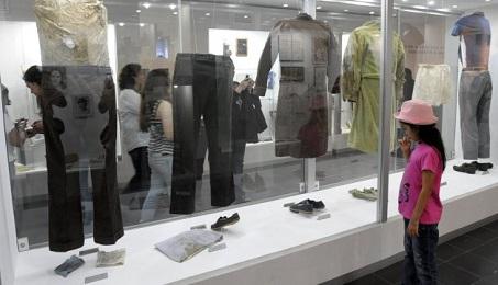 El museo en la UCA con la vitrina que contiene las prendas que vestían los cuatro jesuitas asesinados
