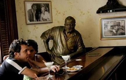 Imagen de Hemingway en su local preferido de La Habana, El Floridita