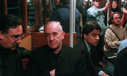 2008: Bergoglio siendo ya arzobispo y cardenal, viaja en el subterráneo de Buenos Aires (Foto AP)