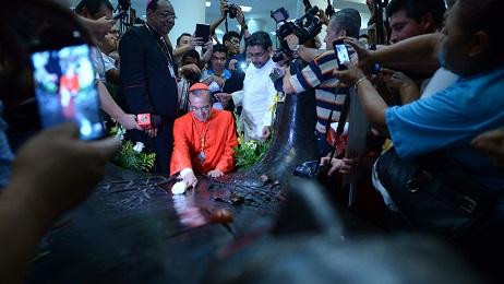 Rosa Chávez a su regreso e Roma visita la tumba de monseñor Romerop en la Catedral (Foto Jorge Reyes)
