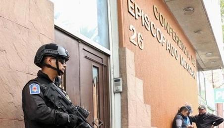 La entrada a la sede de la Conferencia Episcopal donde colocaron el explosivo