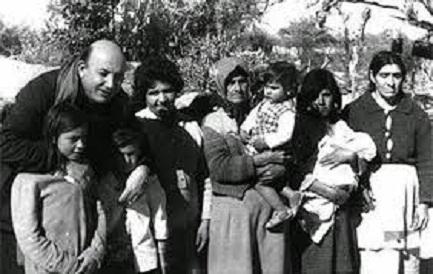 Angelelli con una familia del campo en la provincia de Santa Fe