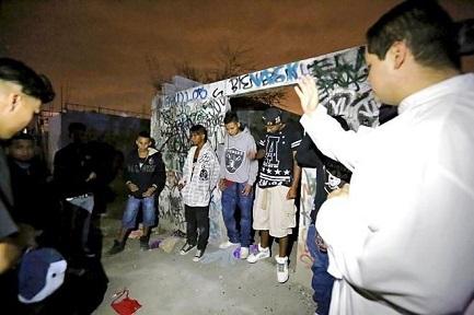 """""""RAZA NUEVA"""", LA MISIÓN ENTRE LOS """"CLICAS"""". Una comunidad de ex miembros de las pandillas mexicanas se propone rescatar a sus compañeros"""