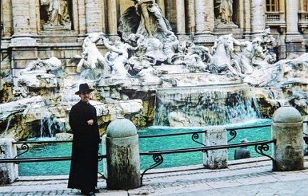 RECUERDOS DE UN HOMBRE SANTO (AUNQUE EN ESE MOMENTO NO LO SABÍA). Conversando con monseñor Romero al pie del obelisco de San Pedro, un año antes de ser asesinado