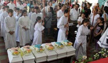 SEIS PEQUEÑOS ATAÚDES BLANCOS. Contienen los restos de seis niños víctimas de una masacre del Ejército de El Salvador que acaban de ser identificados y sepultados