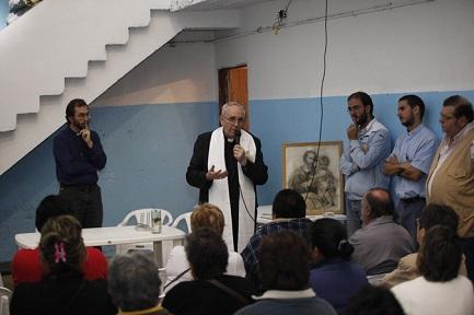El entonces cardenal Bergoglio durante un encuentro en Bajo Flores, donde han abierto una casa las Misioneras de la Caridad