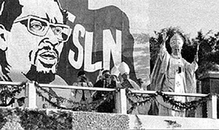 Una imagen famosa de Juan Pablo II cuando celebra la misa con un escenario sandinista durante su primer viaje a Nicaragua en marzo de 1983