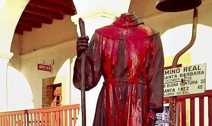 La estatua agraviada en la Misión de Santa Bárbara, California (Foto: Getty Images/Twitter/Univision)