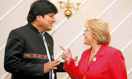 OBSESIONES CHILENAS E INESCRUPULOSIDAD BOLIVIANA. Evo Morales y Michelle Bachelet en el Vaticano con el Papa, en diciembre. Como telón de fondo, la cuestión de la salida al Pacífico