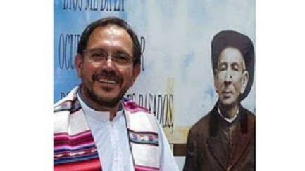 """El sacerdote Jorge Cloro. A sus espaldas, la clásica imagen de Brochero, más conocido como """"el cura Gaucho"""""""