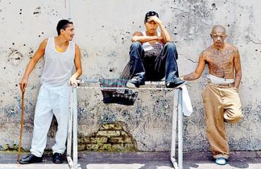 """CRÓNICA DE UNA NOCHE ENTRE GAGS PARA CONVERTIR A LOS CRIMINALES EN UNA """"RAZA NUEVA"""". La insólita misión de un movimiento de ex  miembros de pandillas"""