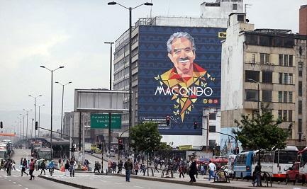La imagen de García Márquez en un edificio de Bogotá (Foto AP-Fernando Vergara)