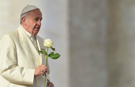 Rosa blanca para la popular Virgen colombiana de Chiquinquirá
