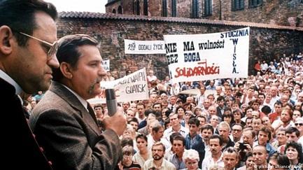 """NI EL MONO NI WALESA. Una revista cubana comenta la expulsión de los libros escolares polacos del líder del sindicato """"Solidarność"""" y toma partido por Walesa"""