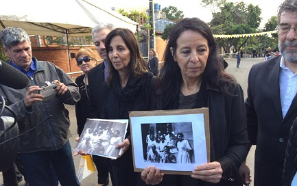 Las hijas de Esther, Ana María y Mabel Careaga Ballestrino, con una foto de su madre