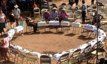 Ataúdes con los restos de los niños de la masacre de 1981 recientemente sepultados