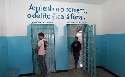 """""""Aqui entra o homem, o delito fica lá fora"""", se lê na entrada da cela."""