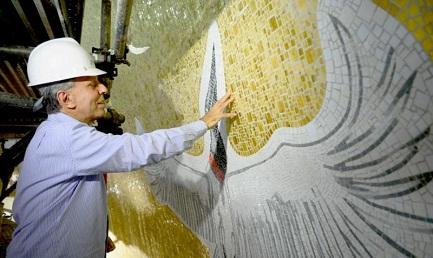 El escultor Cláudio Pastro durante los trabajos en la cúpula del santuario que será inaugurada el 11 de octubre