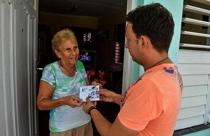 Alien Arcia Sánhez entrega a domicilio el último programa grabado (Foto Yariel Valdés)