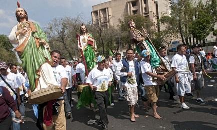 Mexicanos que llevan en procesión una imagen de san Judas Tadeo
