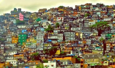 UMA ESCOLA NA FAVELA ENTRE OS TIROTEIOS. No entanto, no Rio de Janeiro, há uma escola pública em uma das favelas mais violentas da cidade, que está entre as 15 melhores do Brasil