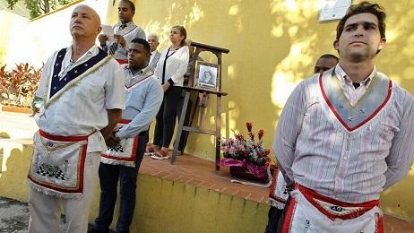 Guardia de honor de un grupo de masones cubanos (Foto Ernesto Mastrascusa/EFE)